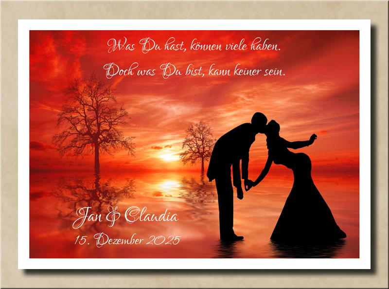 Küssendes Liebespaar im roten Sonnenuntergang